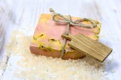Jabón hecho a mano con los ingredientes frescos Foto de archivo
