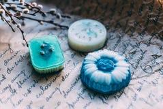 Jabón hecho a mano en los colores azules blancos Foto de archivo libre de regalías