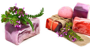 Jabón hecho a mano natural con las hierbas aisladas fotografía de archivo libre de regalías