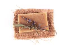 Jabón hecho a mano y una ramificación de la lavanda Foto de archivo libre de regalías