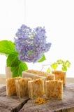 Jabón herbario natural del calendula hecho en casa fotografía de archivo libre de regalías