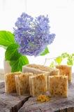 Jabón herbario natural del calendula hecho en casa imagen de archivo