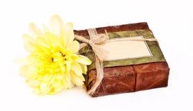 Jabón Himalayan con la flor amarilla Foto de archivo libre de regalías
