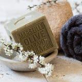 Jabón sólido con el aceite de oliva para el tratamiento del balneario del cuidado del cuerpo Foto de archivo libre de regalías