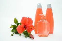 Jabón suave y champú rosados con la flor Fotos de archivo libres de regalías