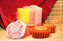 Jabón, velas y primer hechos a mano de la toalla Fotografía de archivo libre de regalías