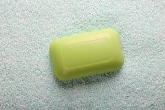 Jabón verde en fondo de la toalla Imagen de archivo