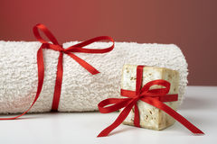 Jabón verde oliva hecho a mano y una toalla, como regalo. Imagenes de archivo