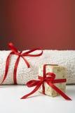 Jabón verde oliva hecho a mano y una toalla, como regalo. Fotografía de archivo libre de regalías
