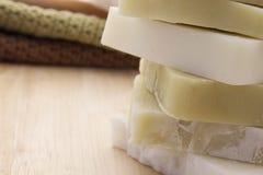 Jabón verde y blanco en un fondo de madera Fotografía de archivo libre de regalías
