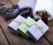 Jabón y aceite hechos a mano de la lavanda fotos de archivo libres de regalías