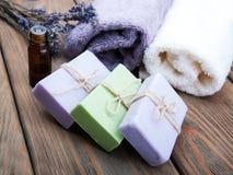 Jabón y aceite hechos a mano de la lavanda imagen de archivo libre de regalías