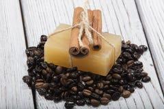 Jabón y café hechos a mano en fondo de madera imagen de archivo