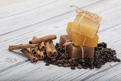 Jabón y café hechos a mano en fondo de madera imagenes de archivo