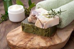 Jabón y crema de cara orgánicos hechos a mano Fotografía de archivo libre de regalías