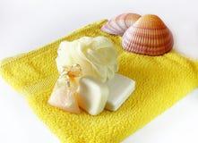 Jabón y esponja en la toalla foto de archivo
