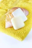 Jabón y esponja en la toalla fotos de archivo