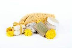 Jabón y esponjas del aceite de oliva para el balneario Foto de archivo libre de regalías
