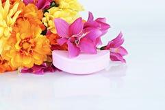 Jabón y flores de Rose fotografía de archivo libre de regalías