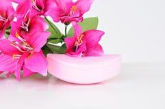 Jabón y flores de Rose en el fondo blanco imagen de archivo libre de regalías