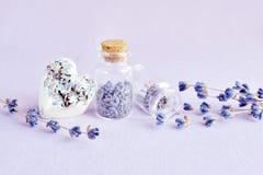Jabón y flores naturales de la lavanda del balneario Fotos de archivo libres de regalías