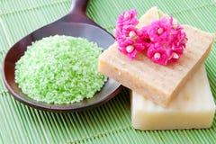 Jabón y sal de baño hechos a mano naturales para el balneario Foto de archivo libre de regalías