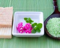 Jabón y sal de baño hechos a mano naturales para el balneario Imágenes de archivo libres de regalías