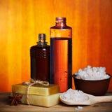 Jabón y sal hechos a mano del balneario Imágenes de archivo libres de regalías