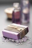 Jabón y sal herbarios. fondo del cuidado del balneario y de la carrocería Imagen de archivo libre de regalías