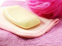 Jabón y soplo rosado plstic del baño Fotos de archivo libres de regalías
