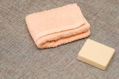 Jabón y toalla Accesorios de la ducha Artículos de la higiene fotografía de archivo libre de regalías