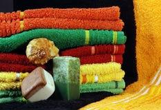 Jabón y toallas hechos a mano Imagenes de archivo