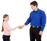 jabłczana dziewczyna daje mężczyzna Obrazy Royalty Free