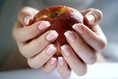 jabłczana kobiecej ręki Obrazy Royalty Free