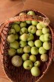 Jabłczana koszykowa rękojeść Zdjęcie Royalty Free