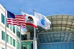 Jabłczana Nieskończona pętla, Cupertino, Kalifornia, usa - Styczeń 30, 2017: Apple flaga przed Jabłczanymi kwaterami głównymi Obraz Royalty Free