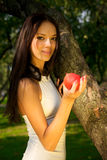 jabłczana piękna dziewczyny mienia czerwień Zdjęcia Royalty Free