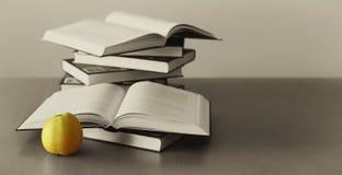 jabłczana tła książek zieleń Obrazy Royalty Free