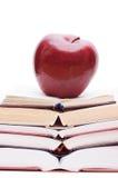 jabłczane książki odizolowywali stertę Zdjęcia Royalty Free