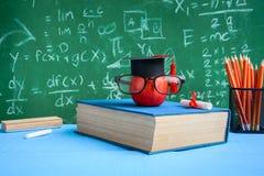 Jabłczane wiedza ołówka i symbolu książki na biurku Obrazy Stock