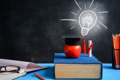 Jabłczane wiedza ołówka i symbolu książki na biurku Fotografia Royalty Free