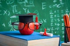 Jabłczane wiedza ołówka i symbolu książki na biurku Obraz Stock