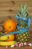 jabłczanego banana diety owoc kiwi pomarańcze sałatka Pojęcie zdrowej diety jedzenie Dieta dla atlet Zdjęcie Royalty Free