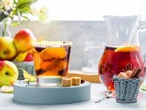 Jabłczanego cydru napój, gorący koktajl z cynamonowymi kijami i jabłko plasterki, pikantność herbaciane Jesień ranku pogodny wygo obrazy stock