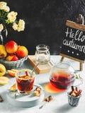 Jabłczanego cydru napój, gorący koktajl z cynamonowymi kijami i jabłko plasterki, pikantność herbaciane Jesień wygodny nastrój obraz stock