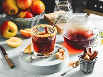 Jabłczanego cydru napój, gorący koktajl z cynamonowymi kijami i jabłko plasterki, pikantność herbaciane Jesień wygodny nastrój fotografia royalty free