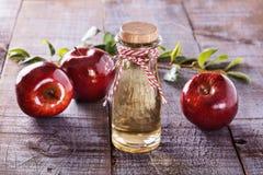 Jabłczanego cydru ocet nad nieociosanym drewnianym tłem Zdjęcia Royalty Free