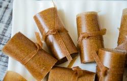Jabłczanego cynamonu papieru cienkie rolki na białym naczyniu Zdjęcie Stock