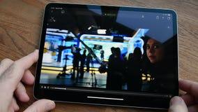 Jabłczanego iPad Pro mężczyzna ogląda pastylkę dalej wstępu film TV Plus zdjęcie wideo