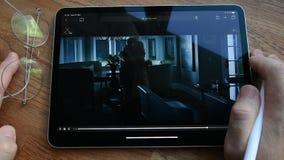 Jabłczanego iPad Pro mężczyzna ogląda POV film na pastylce zbiory